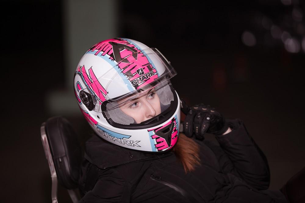 Ученица мотошколы в шлеме