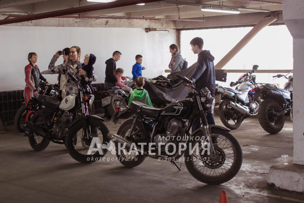 Мотоэкскурсия для детей в мотошколе Акатегория. Мотоёлки. МотоДни рождения.
