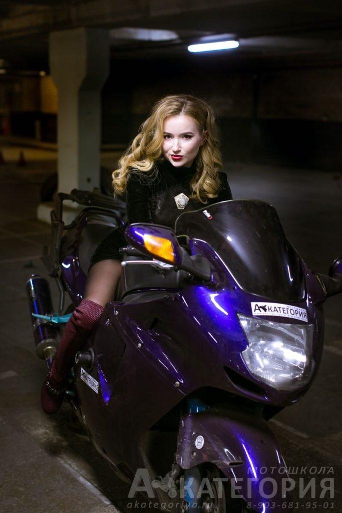 Фотосет на мотоцикле с услугами стилиста.