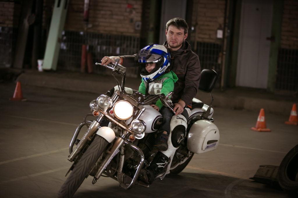 Опытный мотоциклист прокатит ребёнка на чоппере на мотоэкскурсии