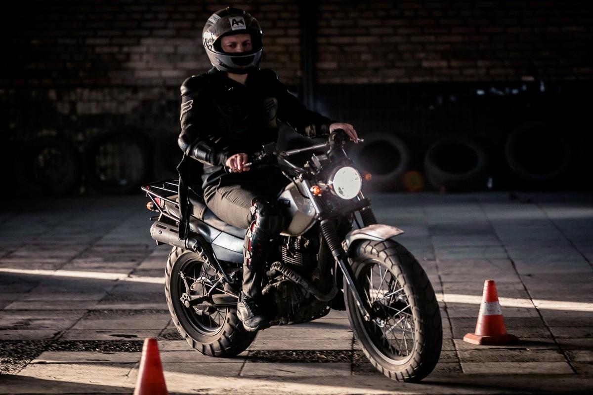 Вождение мотоцикла в помещении